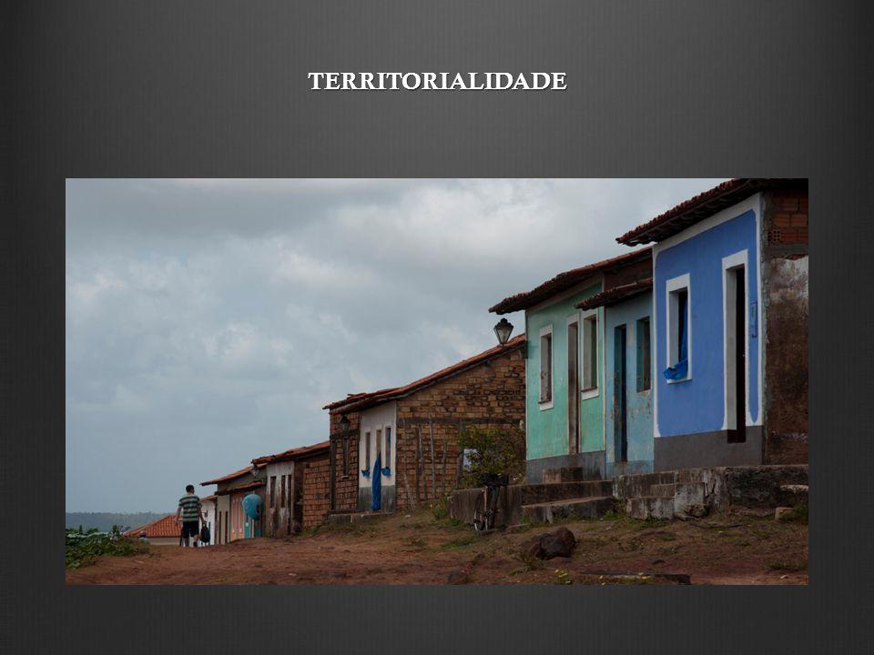 Pela territorialidade, manifesta-se o saber, eivado de conhecimentos pretéritos, que se aproxima das verdades físicas e do confronto, que é diário, entre fisionomia, paisagem e essência das relações sociais.