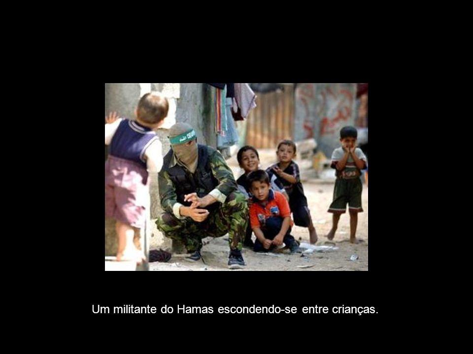 Um militante do Hamas escondendo-se entre crianças.
