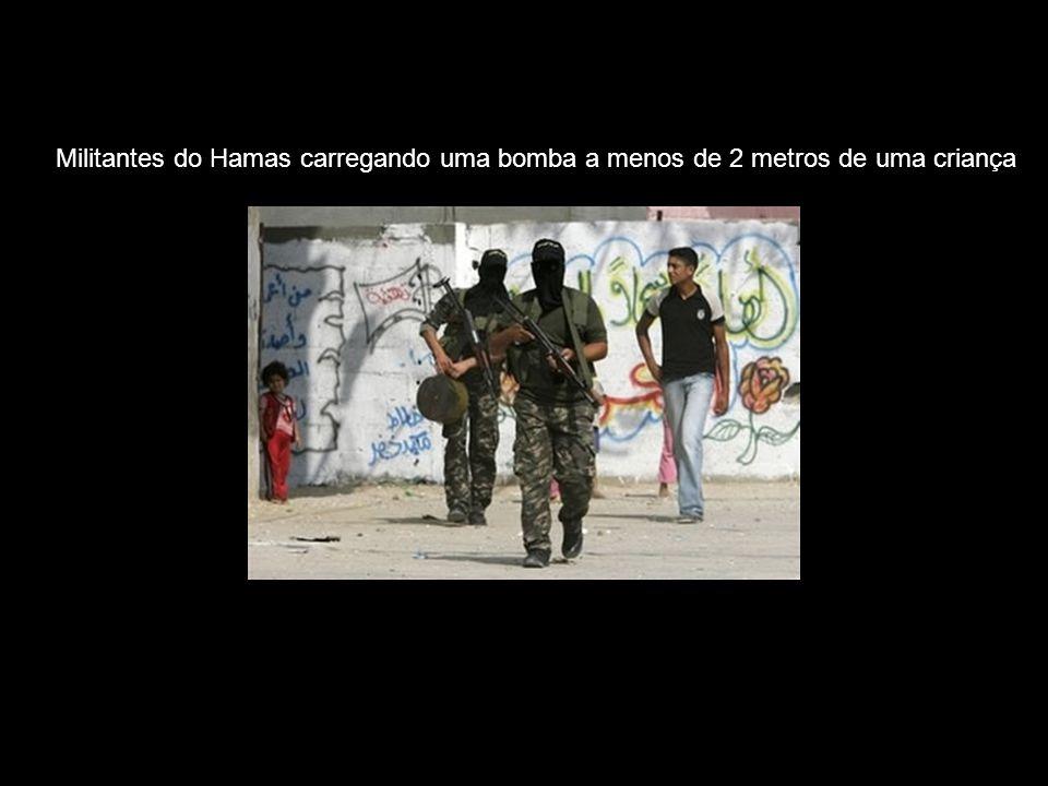 Militantes do Hamas carregando uma bomba a menos de 2 metros de uma criança
