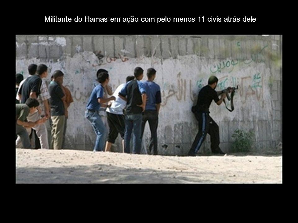 Militante do Hamas em ação com pelo menos 11 civis atrás dele