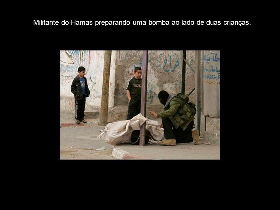 Militante do Hamas preparando uma bomba ao lado de duas crianças.