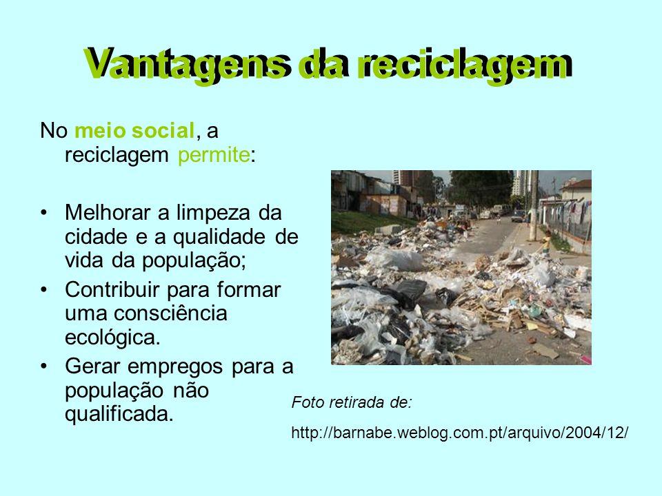 No meio social, a reciclagem permite: •Melhorar a limpeza da cidade e a qualidade de vida da população; •Contribuir para formar uma consciência ecológ