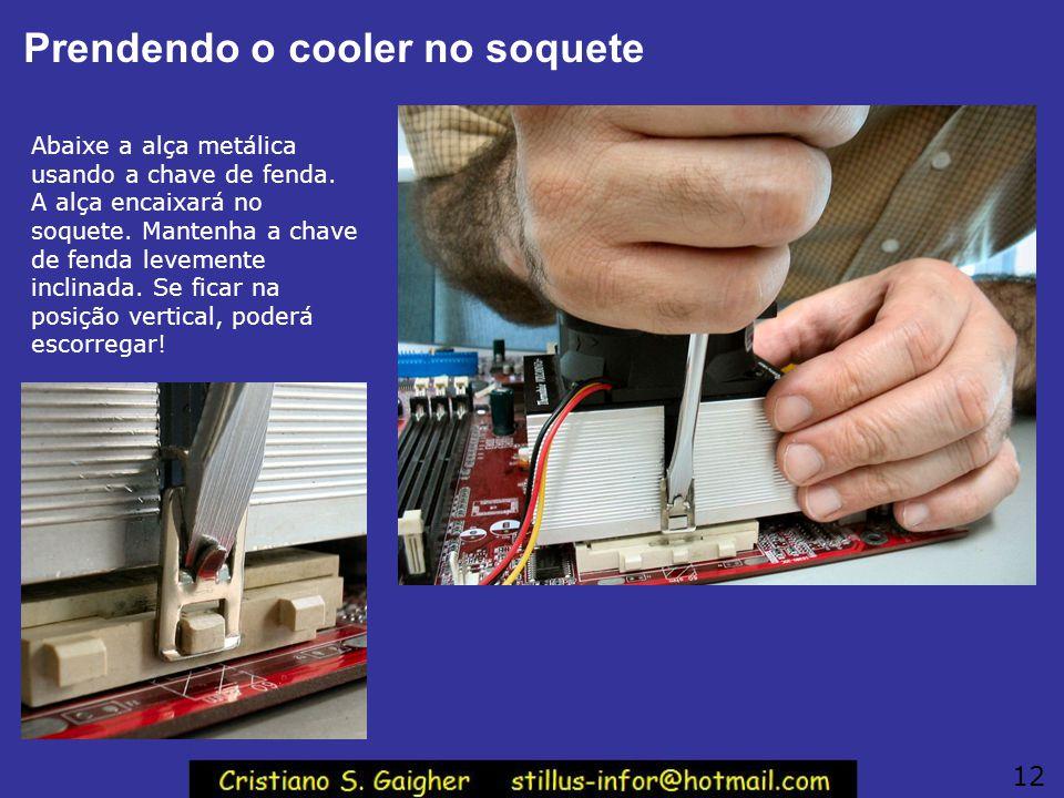 Não use a chave de fenda assim! NUNCA instale um cooler desta forma, é perigoso! Se a chave de fenda escorregar, ela baterá com força sobre a placa de