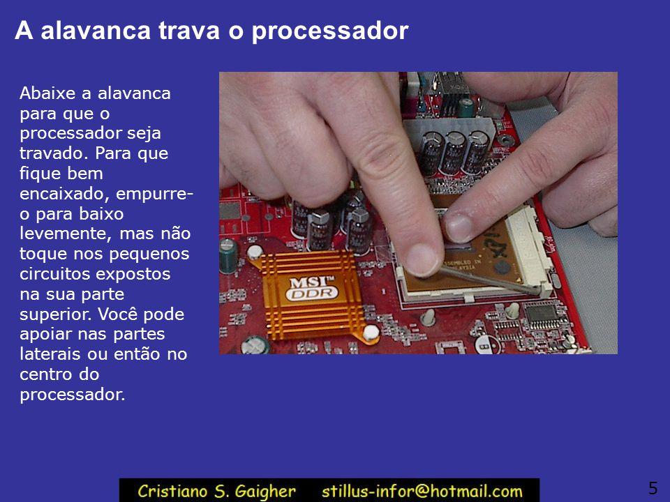 A alavanca trava o processador Abaixe a alavanca para que o processador seja travado.