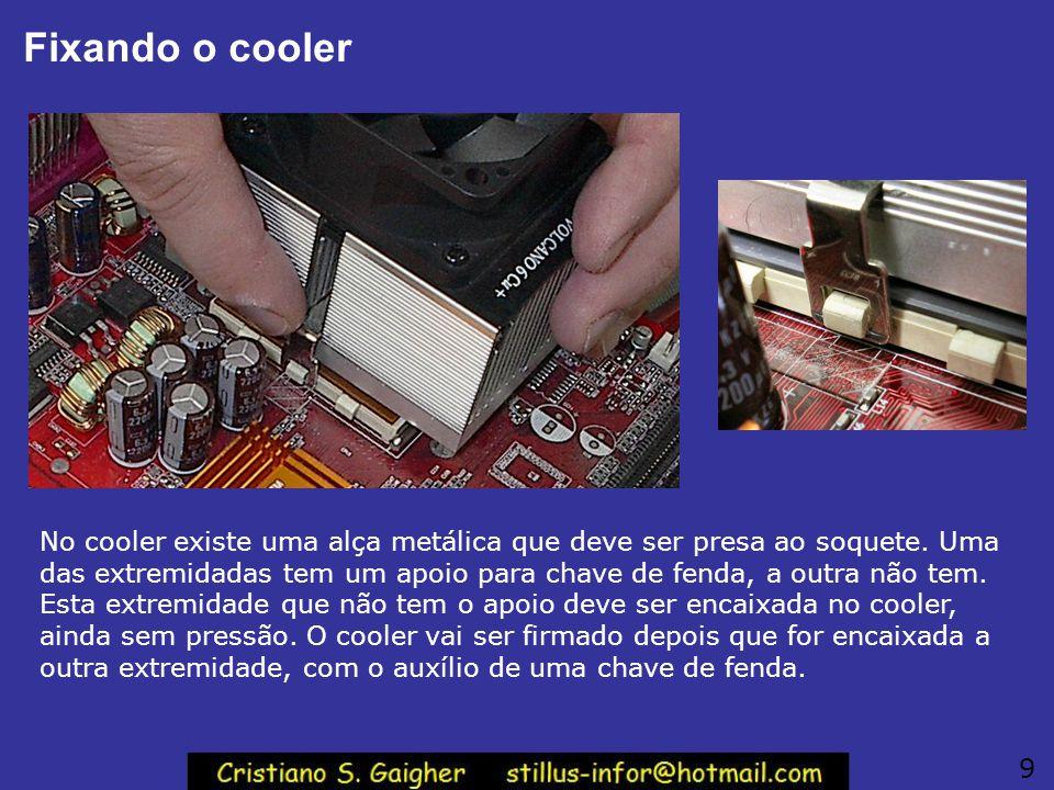 Orientação correta do cooler Antes de fixar o cooler, confira a sua orientação correta. Veja a figura: a parte do cooler que tem um ressalto deve coin