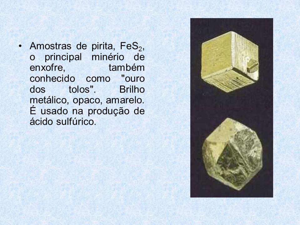 •Amostras de pirita, FeS 2, o principal minério de enxofre, também conhecido como ouro dos tolos .
