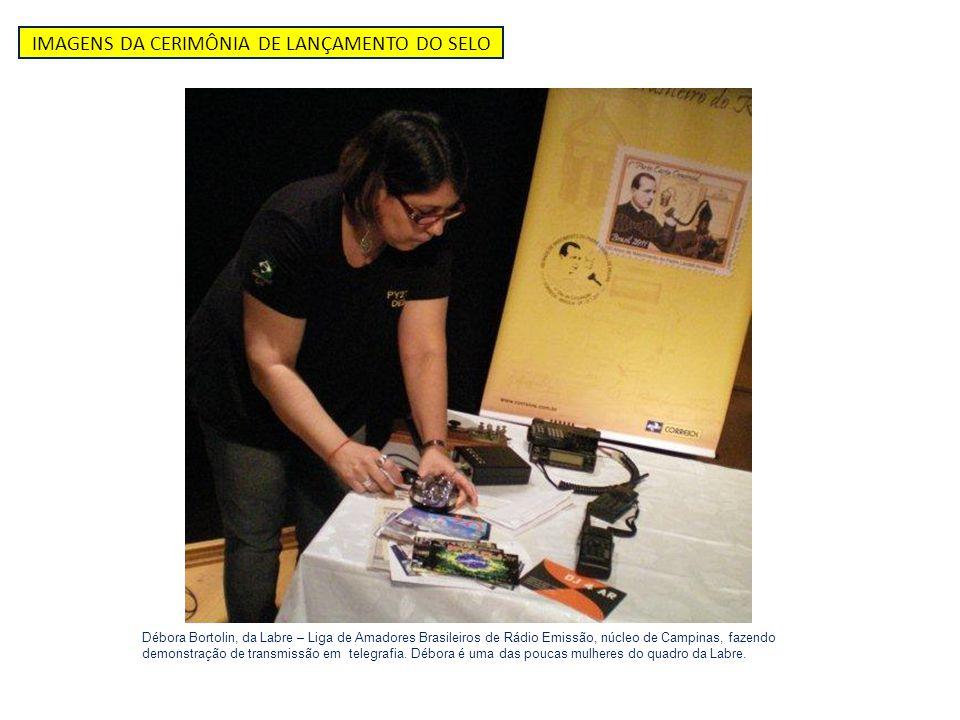 IMAGENS DA CERIMÔNIA DE LANÇAMENTO DO SELO Débora Bortolin, da Labre – Liga de Amadores Brasileiros de Rádio Emissão, núcleo de Campinas, fazendo demo