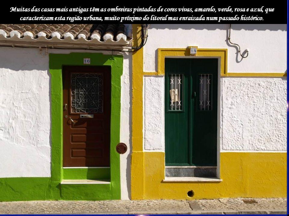 Como em qualquer aldeia, vêm-se poucos aldeões nas ruas, que se encontram convenientemente limpas, e o casario, formado por casas térreas,espelham a luz do sol algarvio.