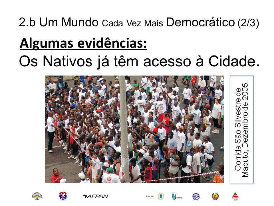 2.b Um Mundo Cada Vez Mais Democrático (2/3) Algumas evidências: Os Nativos já têm acesso à Cidade. Corrida São Silvestre de Maputo, Dezembro de 2005.