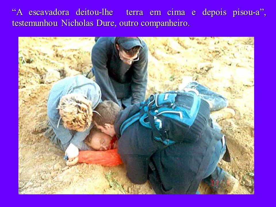 A escavadora deitou-lhe terra em cima e depois pisou-a , testemunhou Nicholas Dure, outro companheiro.