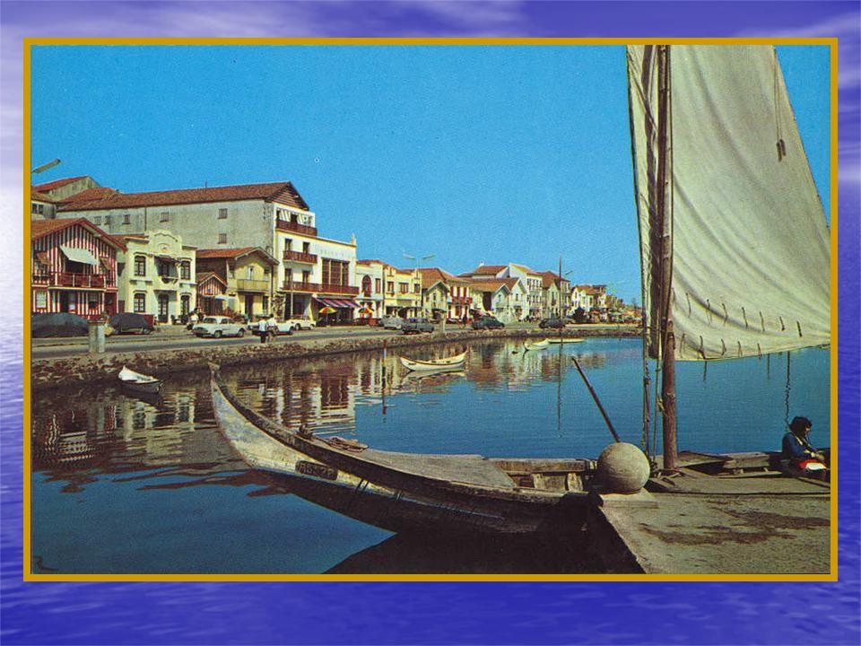 Em Alguns canais, como o de Mira, havia barcas de passagem periódicas. Ao largo o DESERTAS depois de desencalhado na praia e rebocado para dentro da R