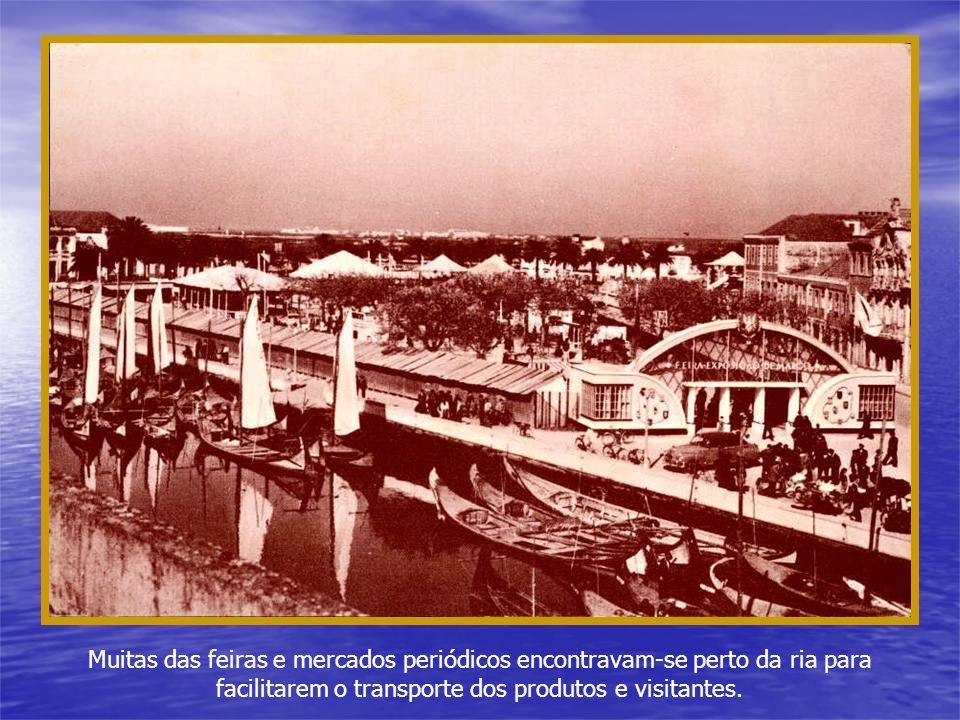 Barcas e a população que elas transportaram para a FEIRA DE MARÇO no Rossio. Vê-se no meio da feira a capela de S.João, destruída para usarem as pedra
