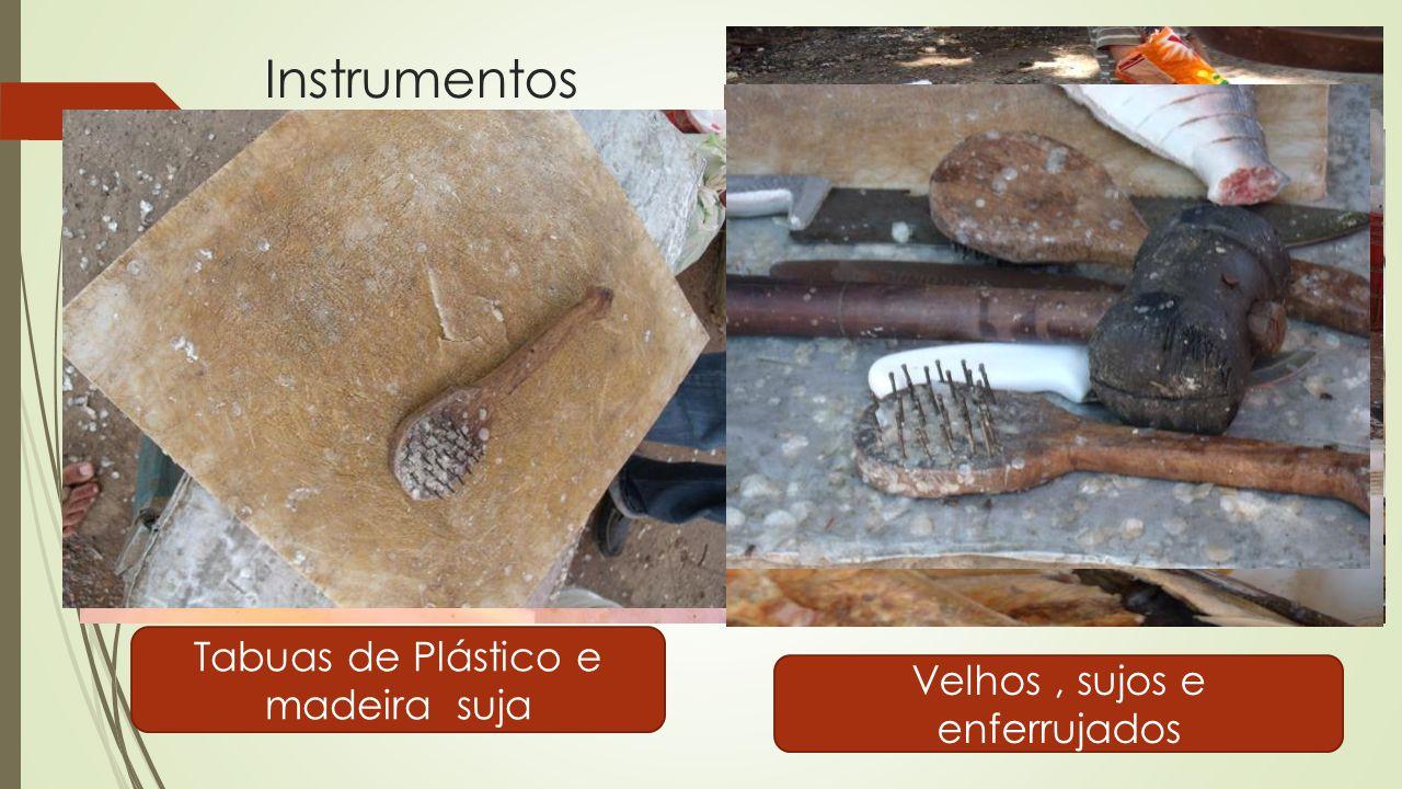 Instrumentos Tabuas de Plástico e madeira suja Velhos, sujos e enferrujados