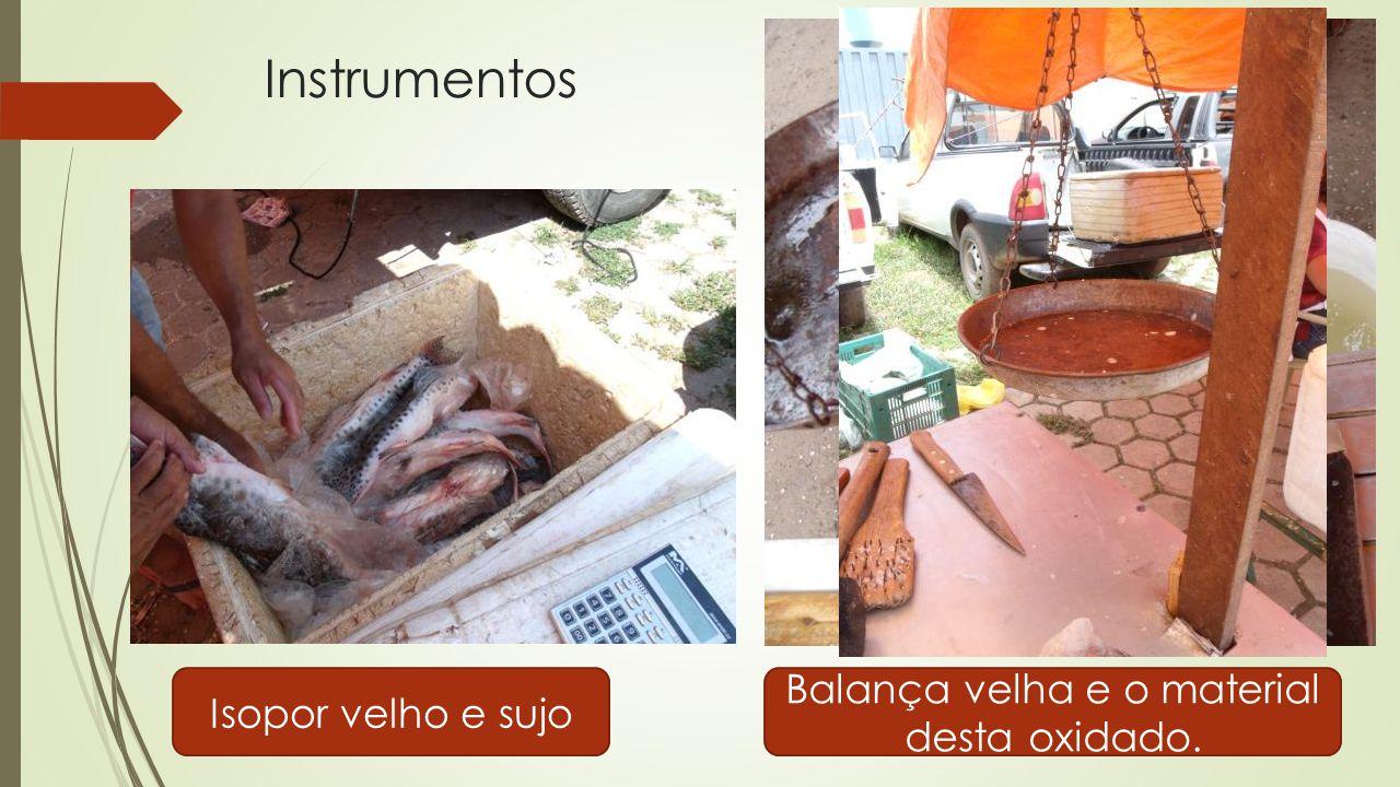 Instrumentos Isopor velho e sujo Balança velha e o material desta oxidado.