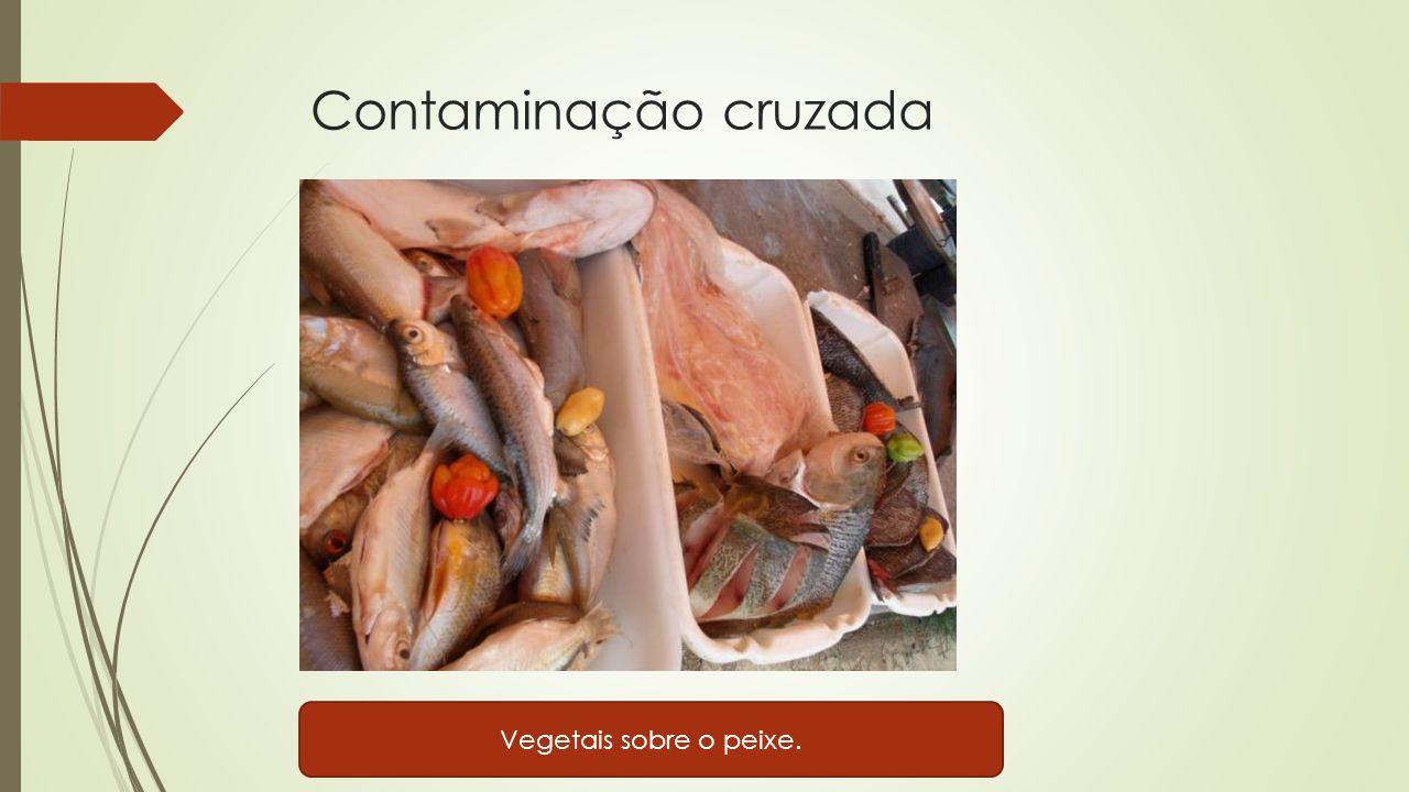 Contaminação cruzada Vegetais sobre o peixe.