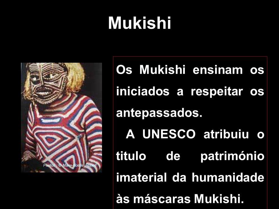 Mukishi é um espírito ancestral ou da natureza encarnado por uma máscara. O mascarado cobre o corpo com um fato de fibras, luvas e calçado. Photos : ©