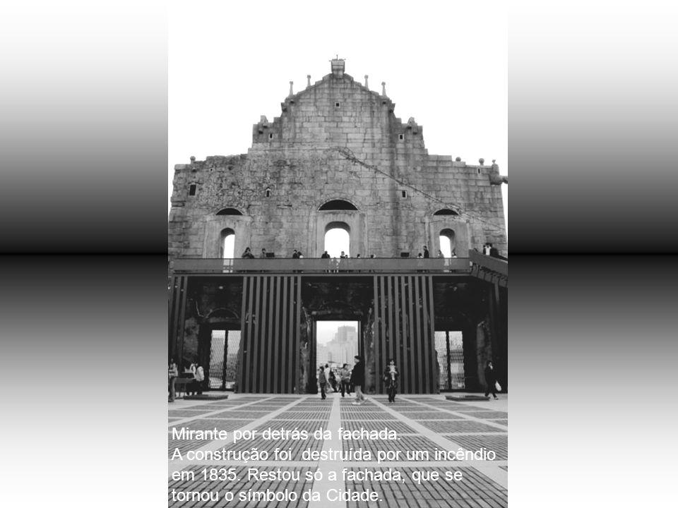 Fortaleza da Guia com a Capela da Nª Srª da Guia e o Farol, que é o primeiro e o mais antigo farol do Extremo Oriente.