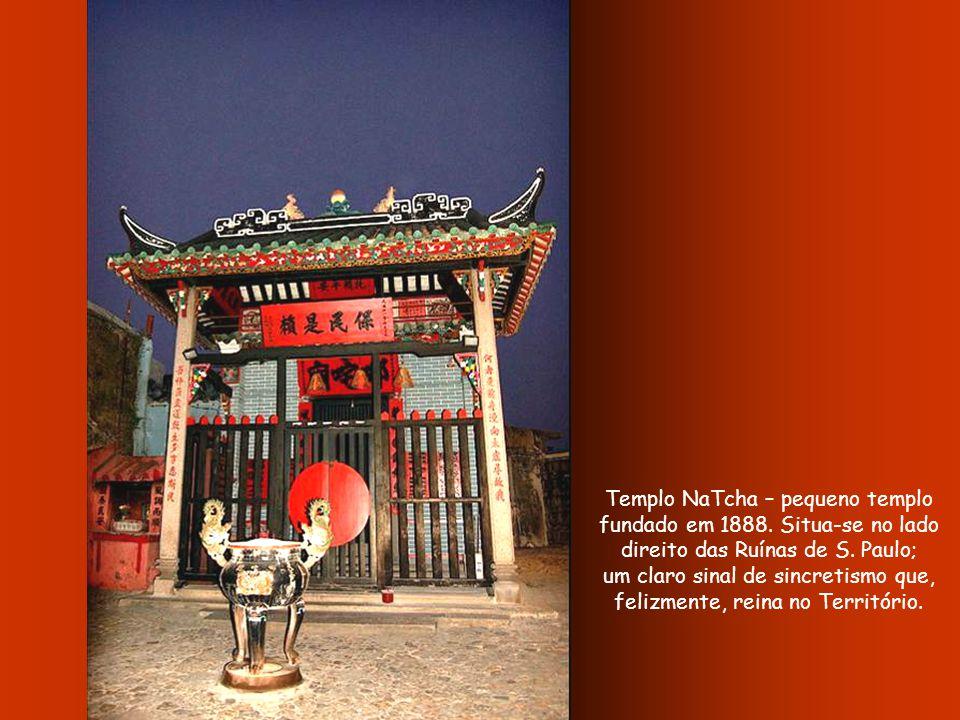 Museu de Macau – inaugurado em 18 de Abril de 1988, cujo conteúdo testemunha a História do Território desde a época pré-histórica, do seu desenvolvimento e das suas tradições até hoje.