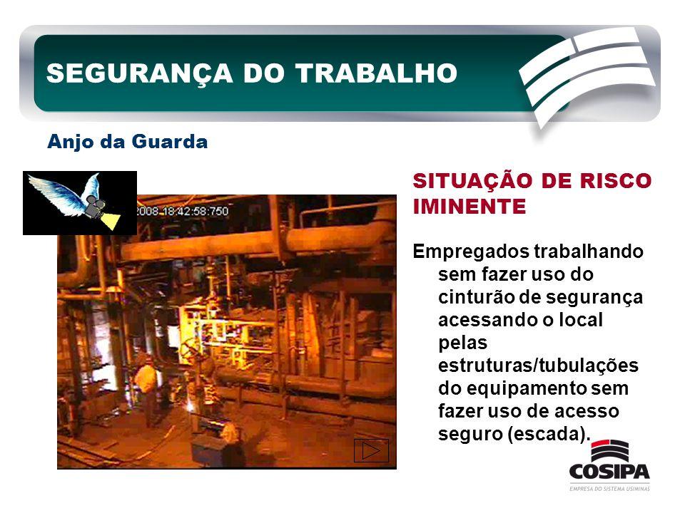Empregados trabalhando sem fazer uso do cinturão de segurança acessando o local pelas estruturas/tubulações do equipamento sem fazer uso de acesso seg