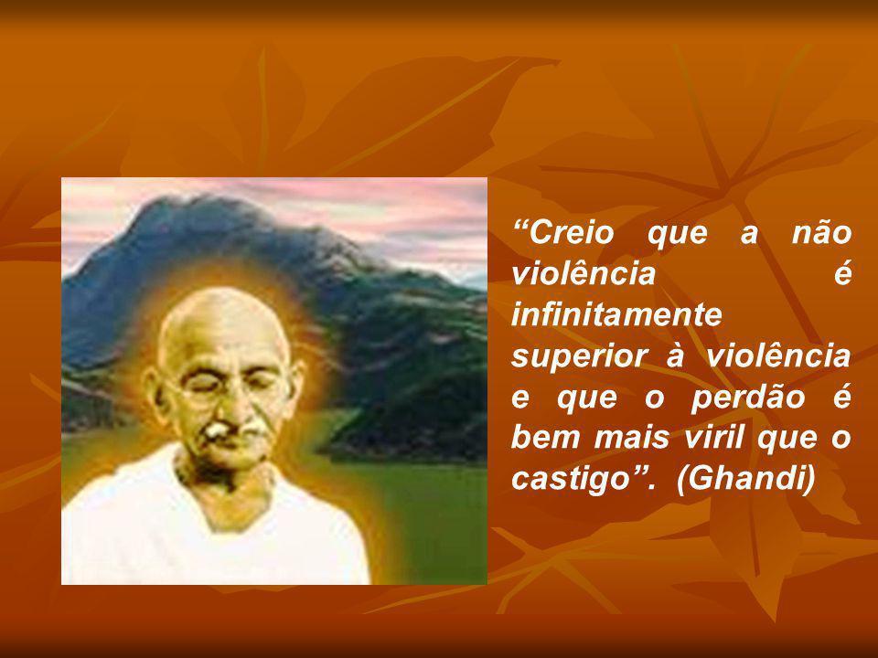 """""""Creio que a não violência é infinitamente superior à violência e que o perdão é bem mais viril que o castigo"""". (Ghandi)"""