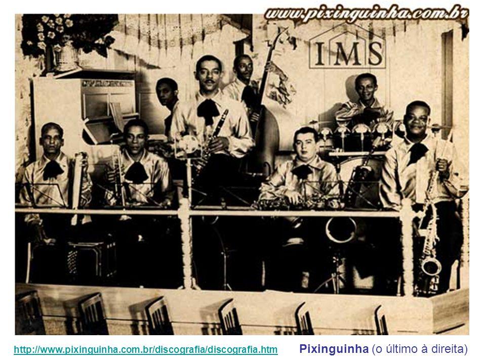 Acompanhado de outros músicos, o instrumentista e compositor Pixinguinha toca um chorinho no 2º Festival da Velha Guarda, no Clube dos Artistas, conhe