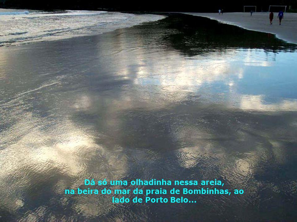 Mar calmo onde as ondas vem chegando, mansamente, até se desfazerem na areia...