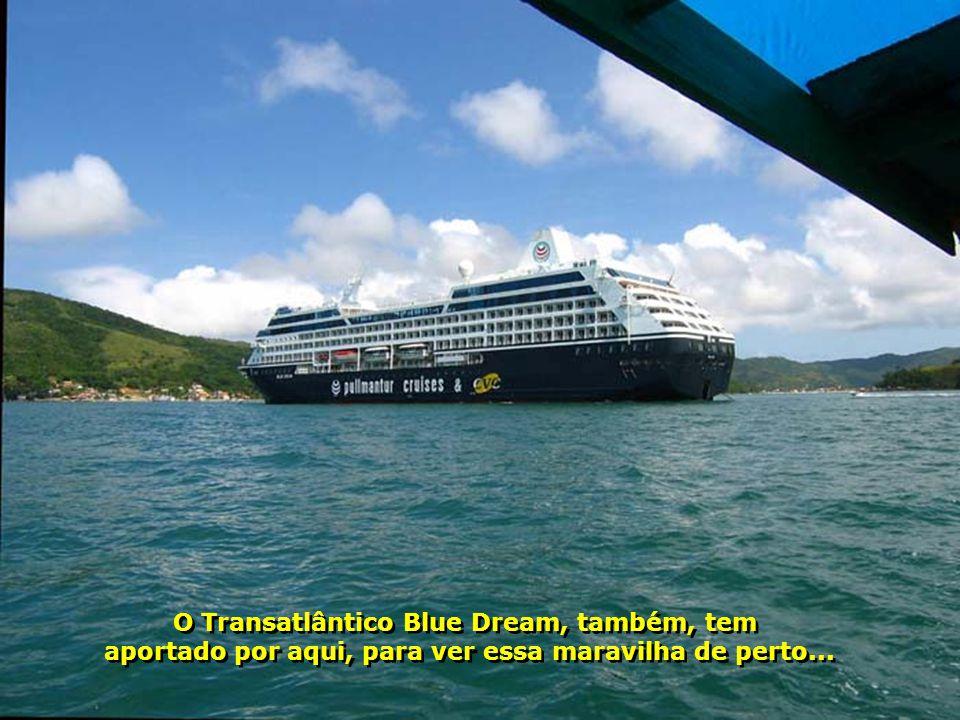 Até as pedras são bonitas em Porto Belo.Veja a cor da água do mar...