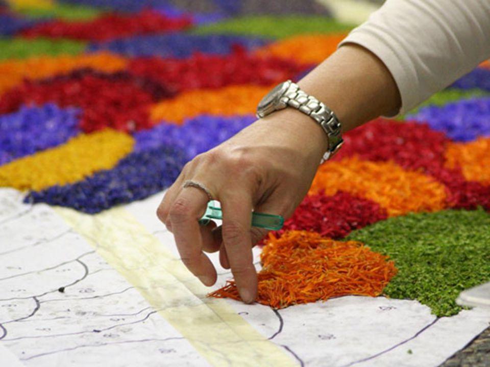"""Já em Spello, perto de Perugia, acontece o concurso """"Le Infiorate""""; que são quadros compostos com flores de todos os tipos e cores e de menores propor"""