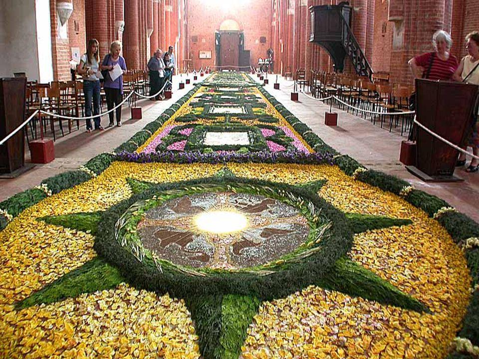 Em algumas cidades no caminho da procissão se realiza a infiorata que são os tapetes compostos por pétalas de flores: é uma verdadeira festa para todos.