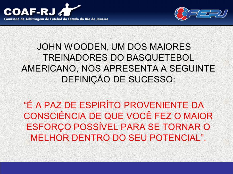 """JOHN WOODEN, UM DOS MAIORES TREINADORES DO BASQUETEBOL AMERICANO, NOS APRESENTA A SEGUINTE DEFINIÇÃO DE SUCESSO: """"É A PAZ DE ESPIRÍTO PROVENIENTE DA C"""