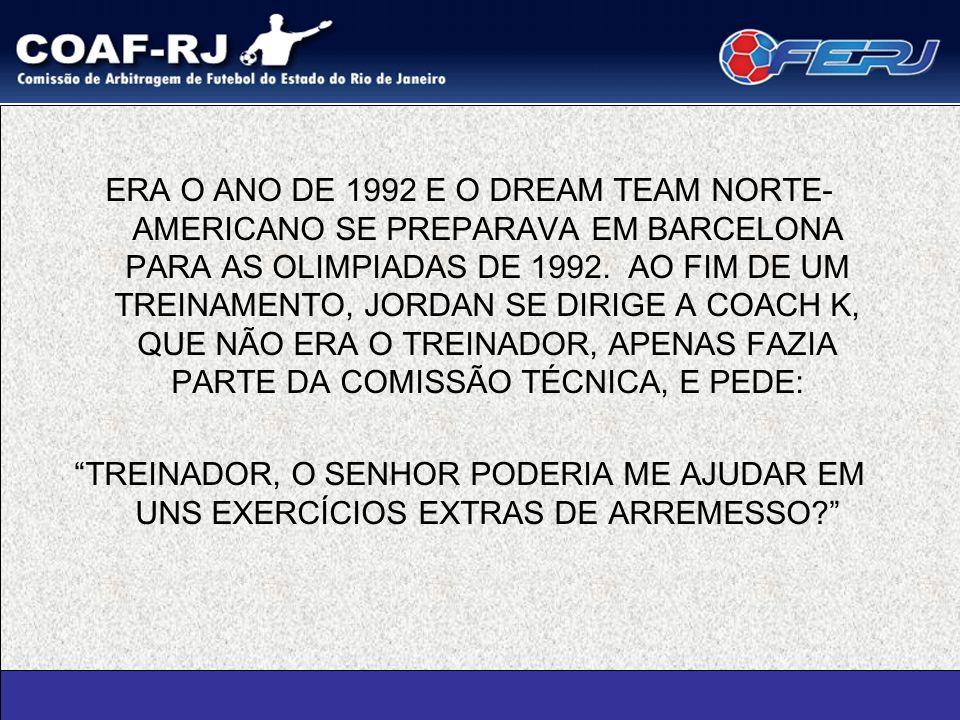 ERA O ANO DE 1992 E O DREAM TEAM NORTE- AMERICANO SE PREPARAVA EM BARCELONA PARA AS OLIMPIADAS DE 1992. AO FIM DE UM TREINAMENTO, JORDAN SE DIRIGE A C