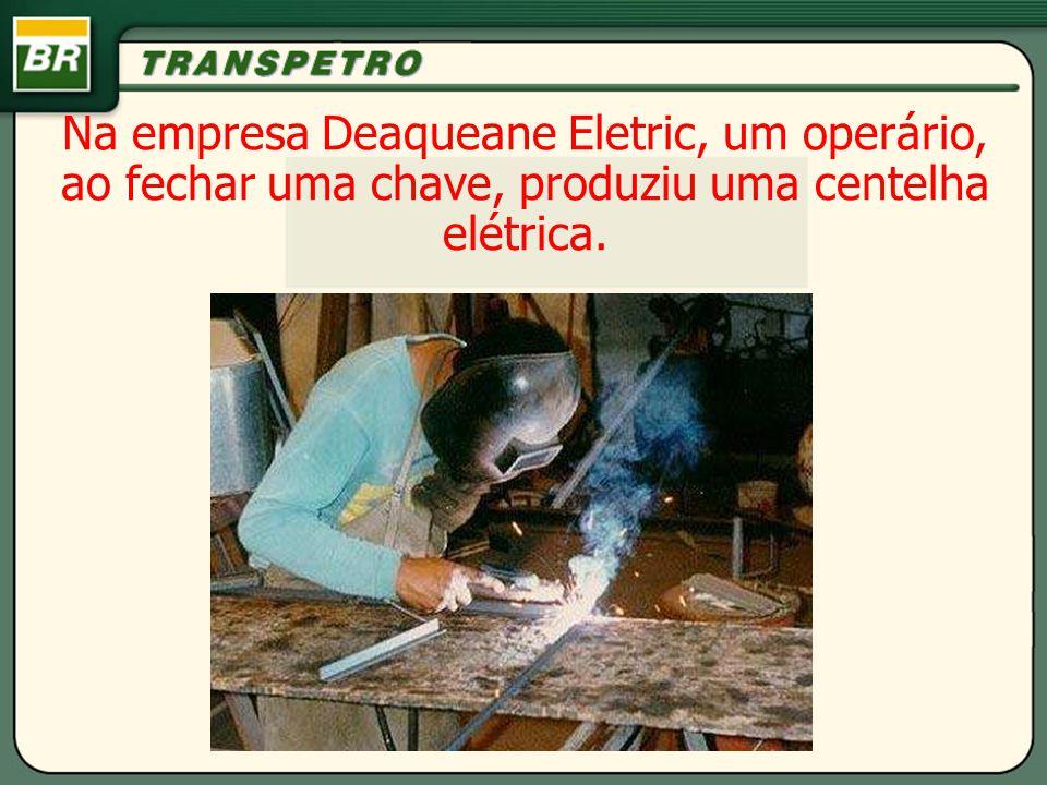 Na empresa Deaqueane Eletric, um operário, ao fechar uma chave, produziu uma centelha elétrica.