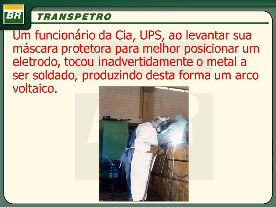 Um funcionário da Cia, UPS, ao levantar sua máscara protetora para melhor posicionar um eletrodo, tocou inadvertidamente o metal a ser soldado, produz