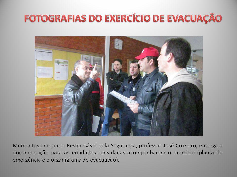 Momentos em que o Responsável pela Segurança, professor José Cruzeiro, entrega a documentação para as entidades convidadas acompanharem o exercício (planta de emergência e o organigrama de evacuação).