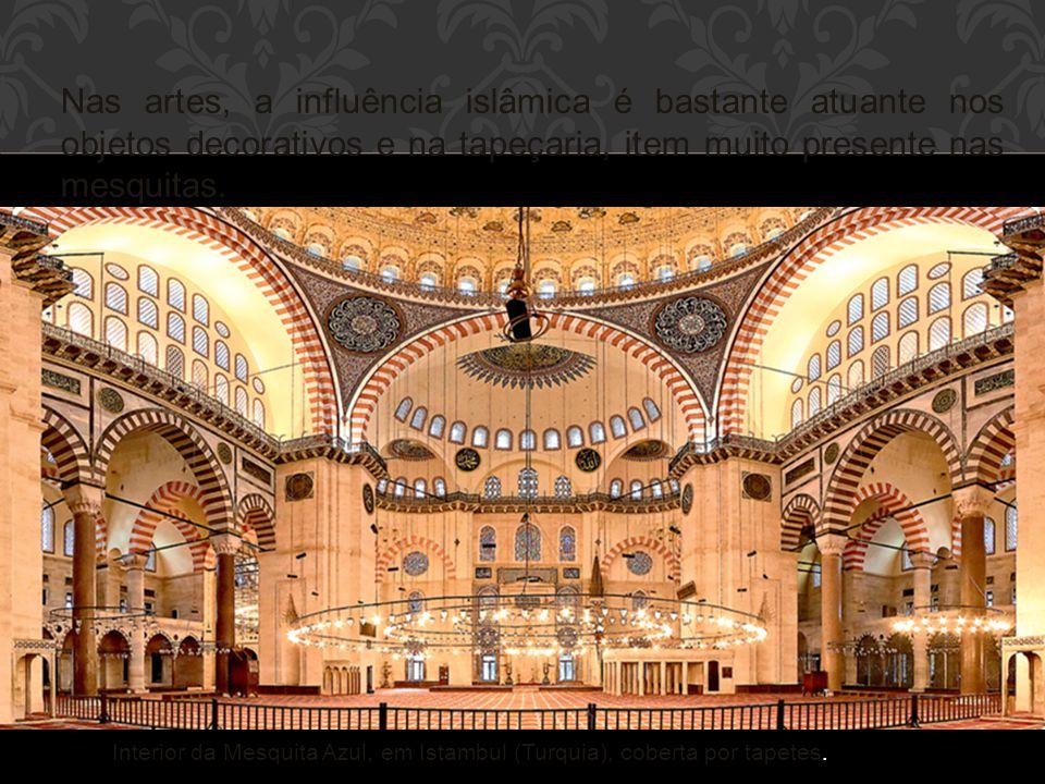 Nas artes, a influência islâmica é bastante atuante nos objetos decorativos e na tapeçaria, item muito presente nas mesquitas. Interior da Mesquita Az