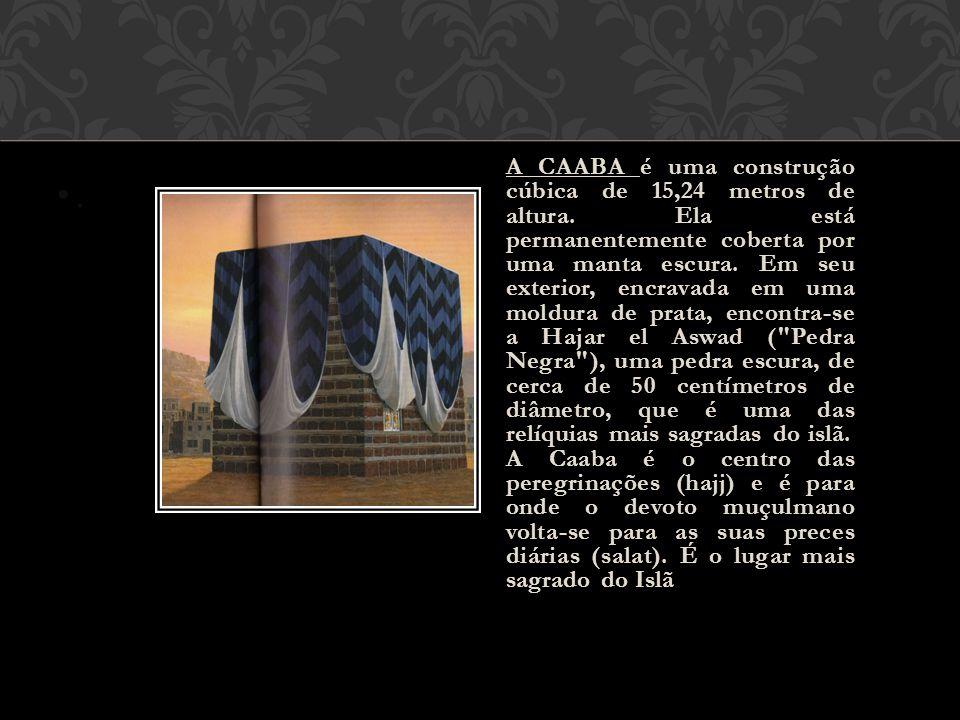 •.•. A CAABA é uma construção cúbica de 15,24 metros de altura. Ela está permanentemente coberta por uma manta escura. Em seu exterior, encravada em u