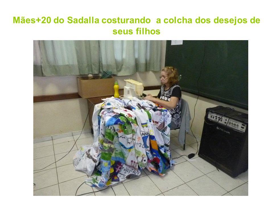 Mães+20 do Sadalla costurando a colcha dos desejos de seus filhos