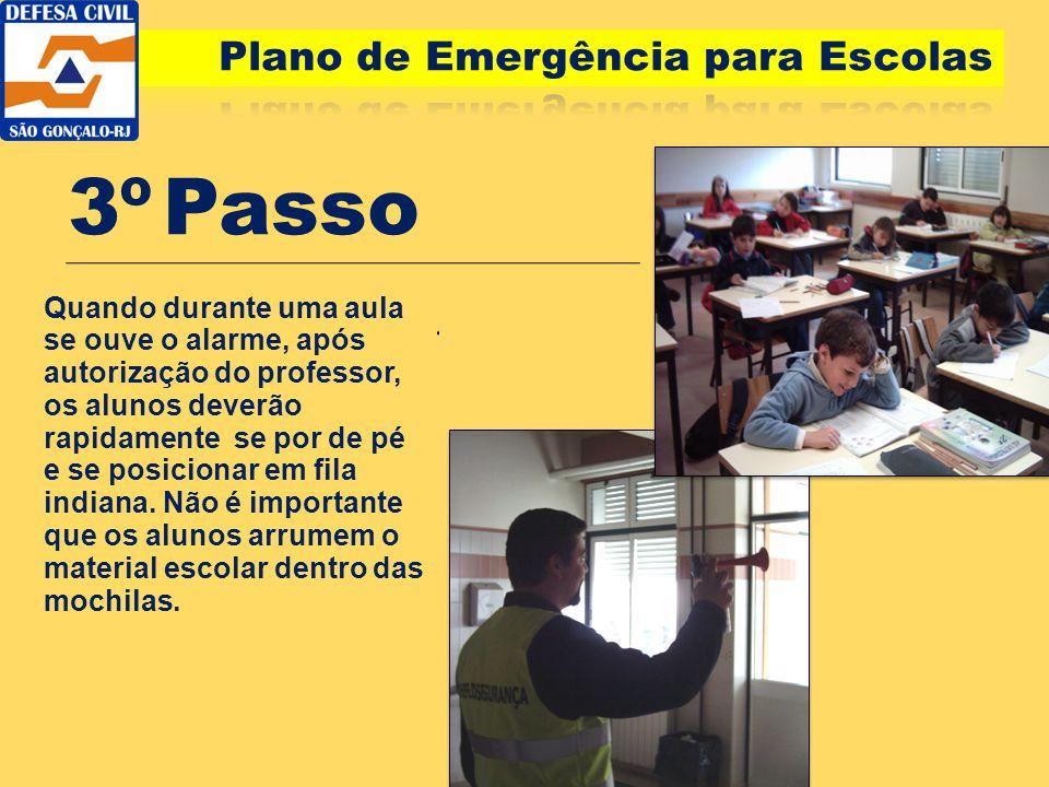 3º Passo Quando durante uma aula se ouve o alarme, após autorização do professor, os alunos deverão rapidamente se por de pé e se posicionar em fila i