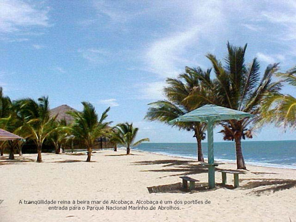 A tranqüilidade reina à beira mar de Alcobaça. Alcobaça é um dos portões de entrada para o Parque Nacional Marinho de Abrolhos.