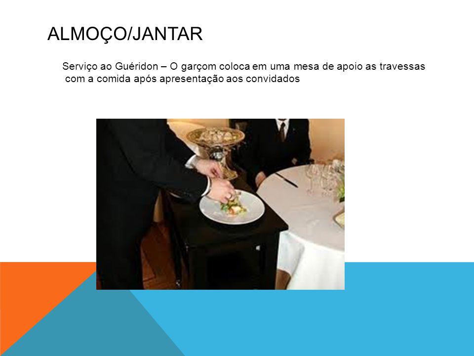 ALMOÇO/JANTAR Serviço ao Guéridon – O garçom coloca em uma mesa de apoio as travessas com a comida após apresentação aos convidados