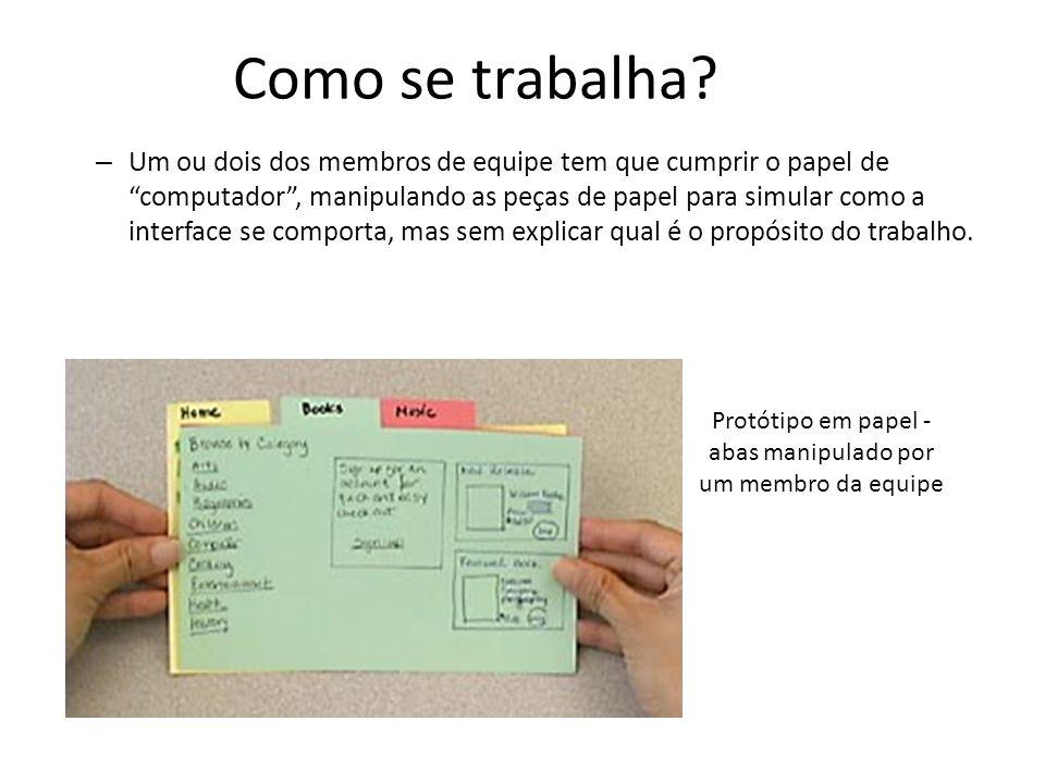 """Como se trabalha? – Um ou dois dos membros de equipe tem que cumprir o papel de """"computador"""", manipulando as peças de papel para simular como a interf"""