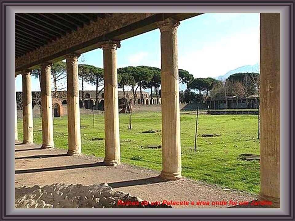 Atualmente, as ruínas do sitio arqueológico de Pompéia são visitadas por milhares de turistas do mundo o todo. Rua do Centro da Cidade Parede de uma d