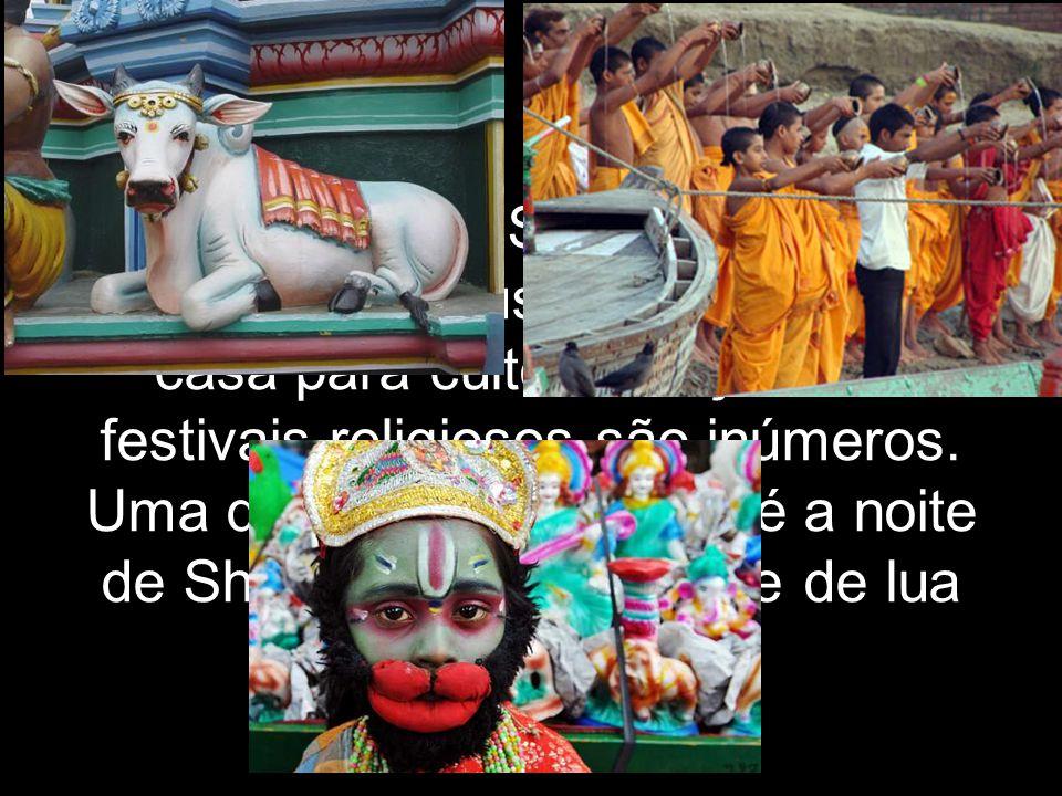 Rituais e dias Santos: A maior parte dos hindus tem altares em casa para culto e oração. Os festivais religiosos são inúmeros. Uma das mais populares
