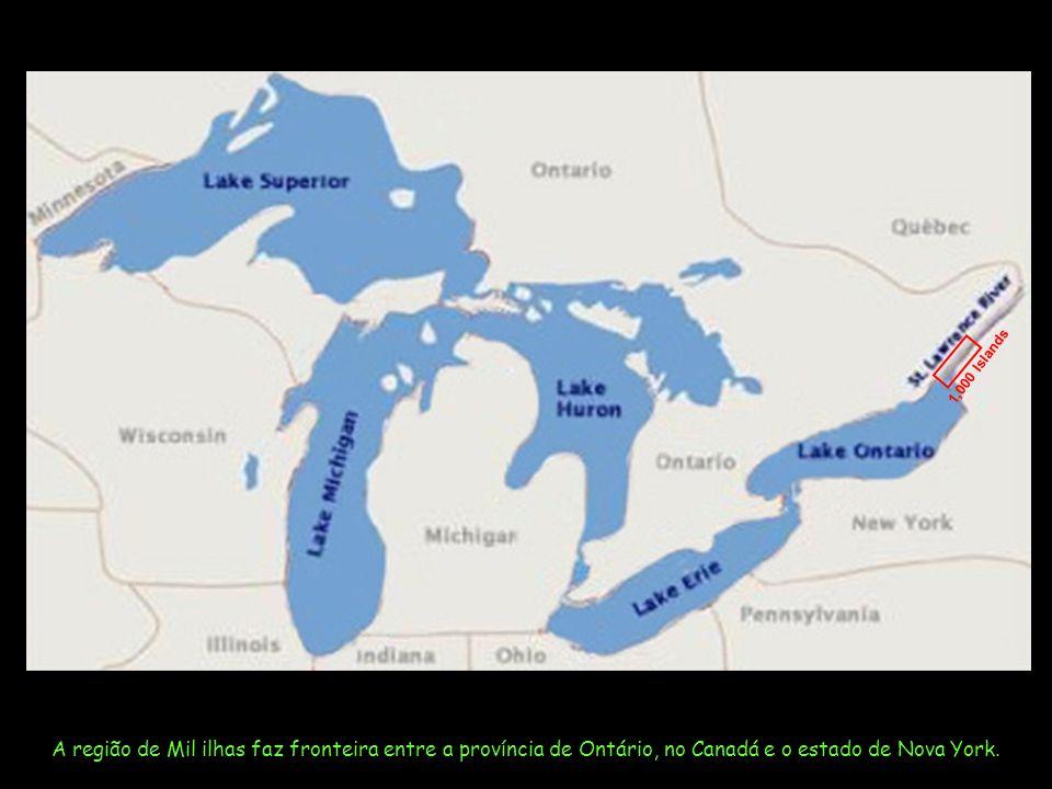 A região de Mil ilhas faz fronteira entre a província de Ontário, no Canadá e o estado de Nova York.