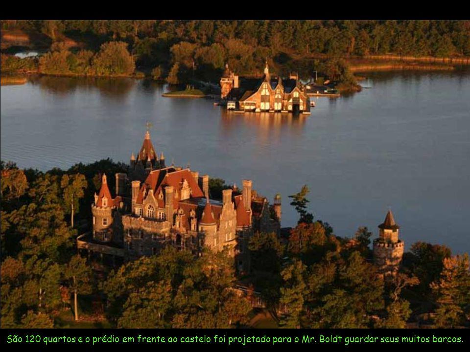Por 73 anos o castelo ficou inacabado até que em 1977 uma Fundação assumiu o término da obra.