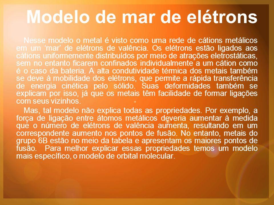 Modelo de mar de elétrons Nesse modelo o metal é visto como uma rede de cátions metálicos em um 'mar' de elétrons de valência.