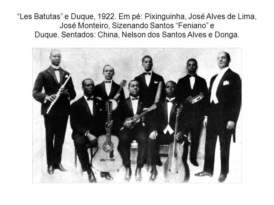 """""""Les Batutas"""" e Duque, 1922. Em pé: Pixinguinha, José Alves de Lima, José Monteiro, Sizenando Santos """"Feniano"""" e Duque. Sentados: China, Nelson dos Sa"""