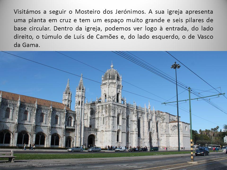 Visitámos a seguir o Mosteiro dos Jerónimos. A sua igreja apresenta uma planta em cruz e tem um espaço muito grande e seis pilares de base circular. D