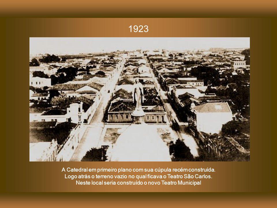 Em primeiro plano o teto da Catedral de Campinas. Logo atrás, o Teatro São Carlos, construído em 1850 e demolido em 1922 1890