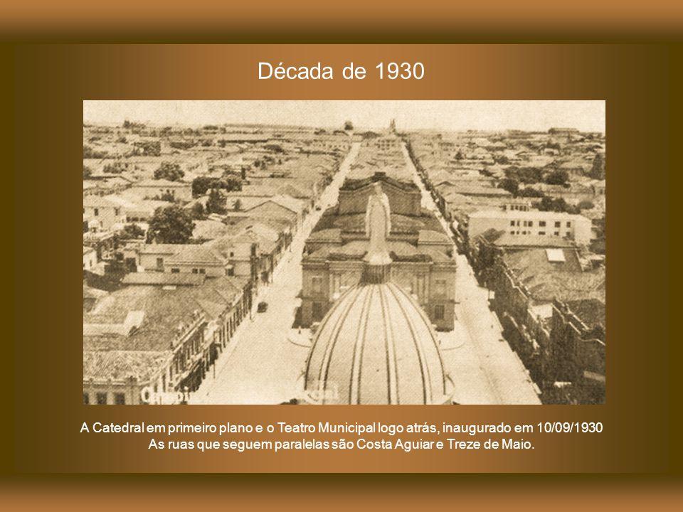 1923 A Catedral em primeiro plano com sua cúpula recém construída. Logo atrás o terreno vazio no qual ficava o Teatro São Carlos. Neste local seria co